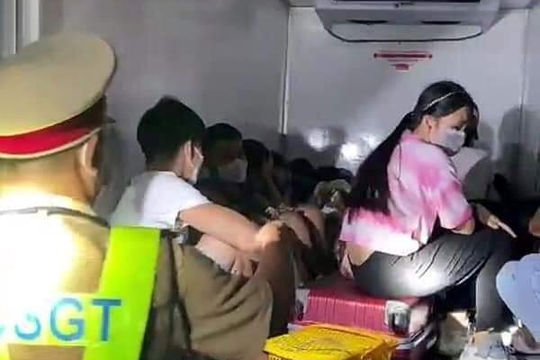 Giấu 15 người trong thùng xe đông lạnh nhằm thông chốt để về quê