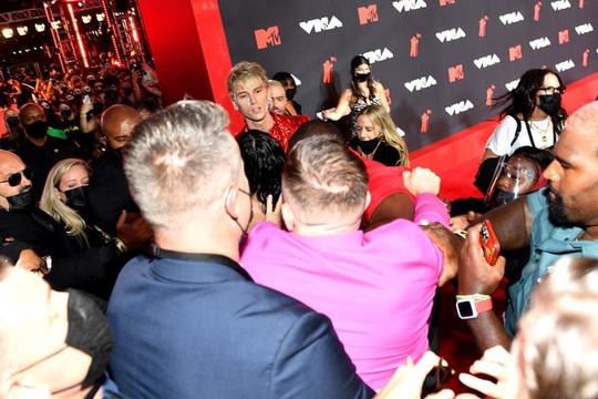 Hai ngôi sao ẩu đả ngay trên thảm đỏ VMAs 2021