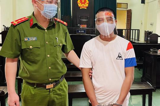 """Lĩnh 15 tháng tù vì tấn công công an viên để """"thông chốt"""" kiểm dịch"""