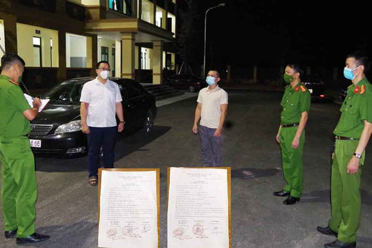 Bắt 2 đối tượng làm giả giấy tờ để thông chốt kiểm dịch vào Hà Nam