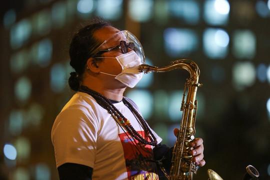 NS Trần Mạnh Tuấn không thể thổi saxophone khi tham gia đêm nhạc trực tuyến