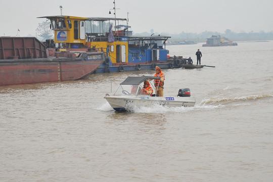 Truy tố 9 đối tượng dùng tàu thủy gắn biển số giả để khai thác cát trái phép trên sông Hồng