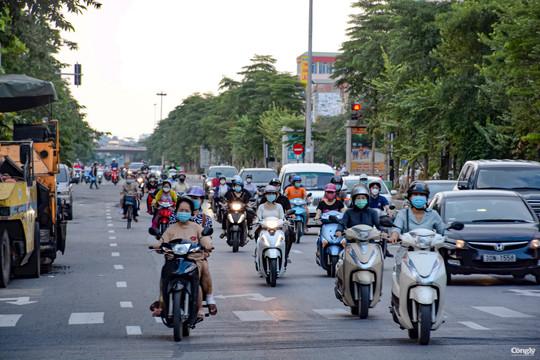 Ngày đầu nới lỏng, đường phố Hà Nội khá đông đúc