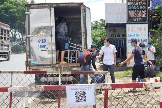 """TPHCM: Xe tải """"luồng xanh"""" chở 6 người trong thùng xe"""
