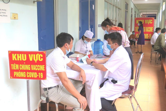 Quảng Bình: Nữ giáo viên tiêm 2 mũi vắc xin AstraZeneca cách nhau 10 phút