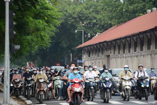 Hà Nội: Đầu tuần, người dân đổ ra đường dù chưa hết giãn cách