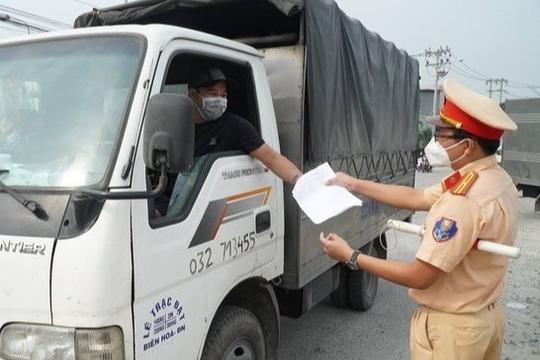 Lái xe luồng xanh từ Hà Nội sửa giấy xét nghiệm Covid-19 để qua chốt