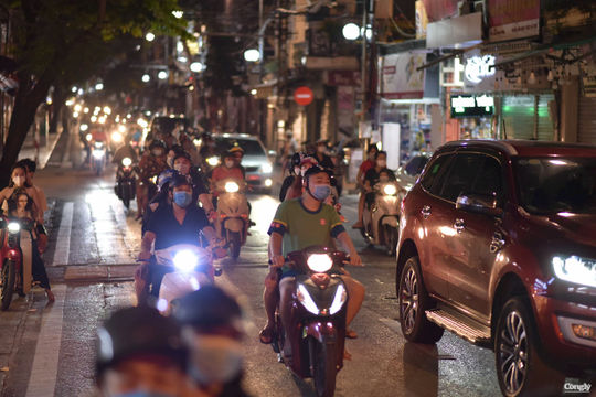 Hà Nội: Dòng người đổ ra đường đêm Trung thu bất chấp đang thực hiện Chỉ thị 15