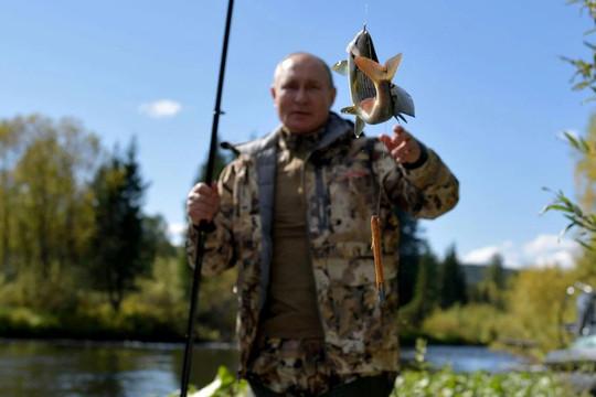 Tổng thống Putin kết thúc cách ly, đi leo núi và câu cá ở Siberia