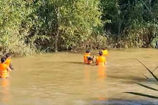 Tìm thấy thi thể bé gái 4 tuổi trong vụ 3 cha con bị nước cuốn trôi