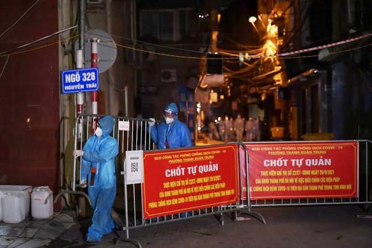 Gỡ phong tỏa ổ dịch lớn nhất Hà Nội, người dân vui mừng về nhà trong đêm