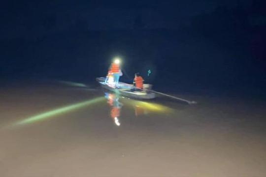 Lật thuyền trên sông trong đêm, người phụ nữ mất tích