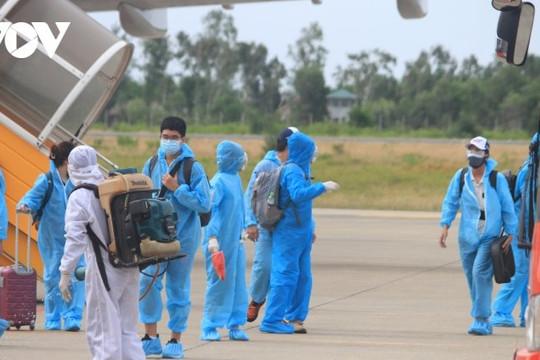 Yên Bái: Đón công dân của tỉnh trở về từ miền Nam bằng máy bay