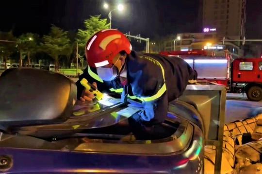 Giải cứu tài xế mắc kẹt trong cabin xe tải bị lật