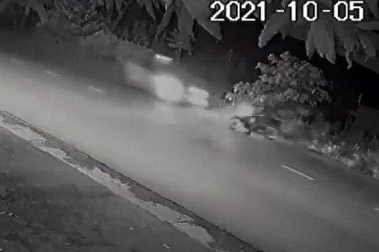 Chiến sĩ cảnh sát cơ động bị 2 ô tô tông liên tiếp