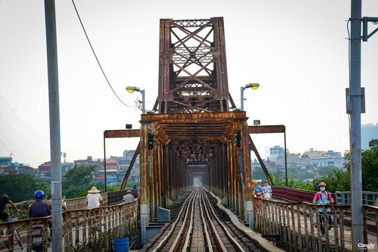 """Công nhân đường sắt tất bật """"thay áo mới"""" cho cầu Long Biên"""