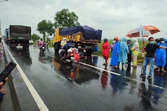 Tông vào xe tải, 2 người trên đường về quê thương vong