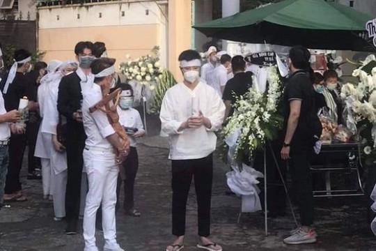 Đàm Vĩnh Hưng đội khăn tang, đến lo hậu sự cho bố của NS Hoài Linh