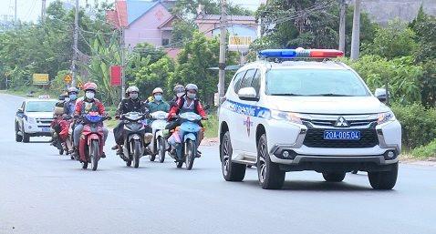 Cảnh sát giao thông Thái Nguyên đón, dẫn đoàn người từ Bình Dương trở về quê