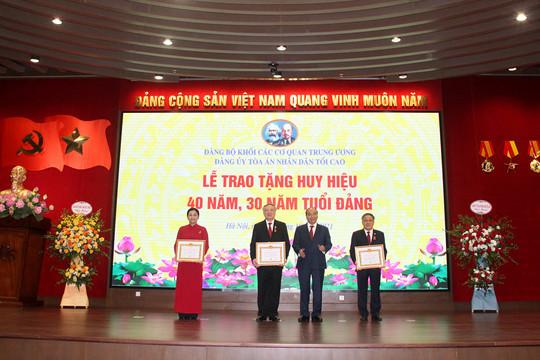 Chủ tịch nước Nguyễn Xuân Phúc trao tặng Huy hiệu Đảng cho các đảng viên trong Đảng bộ TANDTC
