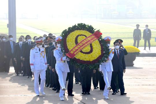 Các đại biểu Quốc hội viếng Lăng Bác Hồ trước lễ khai mạc kỳ họp thứ 2