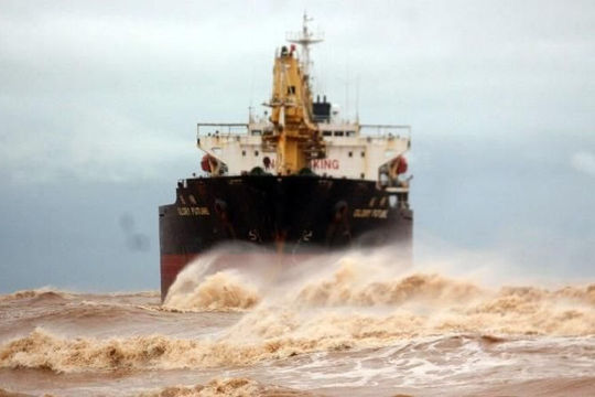 Tàu hàng Trung Quốc bị mắc cạn ở biển Quảng Trị